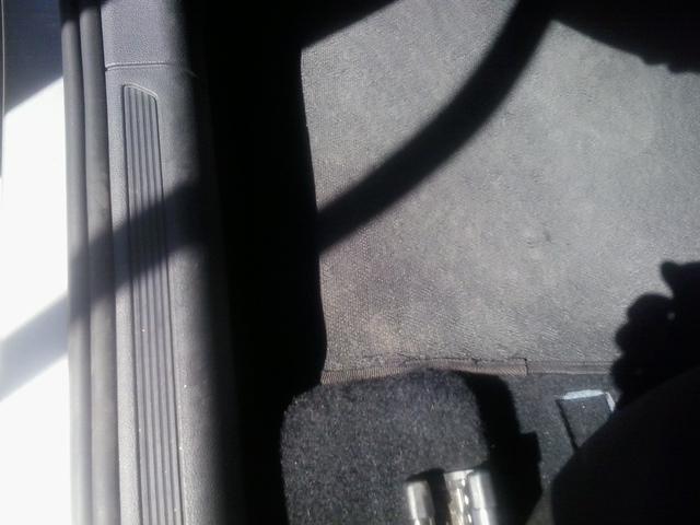 Avaliando o tapete do lado do motorista do VW Polo
